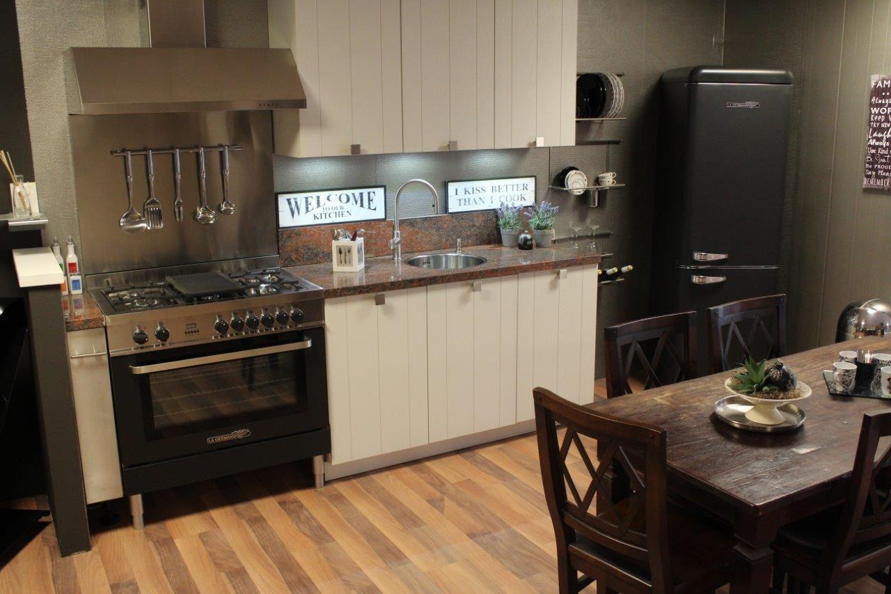 Zwart Keuken Fornuis : Showroomuitverkoop houten oak line keuken